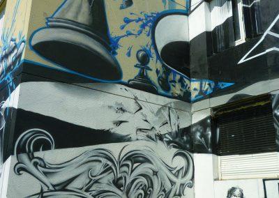 Graffiti Street art   Lettrage par Zert, Personnage par Senz sur la façade de la tour misaine à Aix les bains en 2015