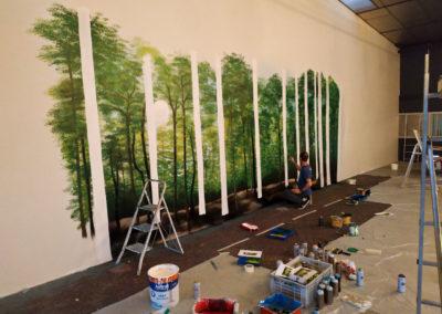 Zert en action ! prochaine étape : Traçage des troncs d'arbres en blanc au rouleau ( décoration pompes funèbres Autem 2018 à Nangy  Haute-Savoie )