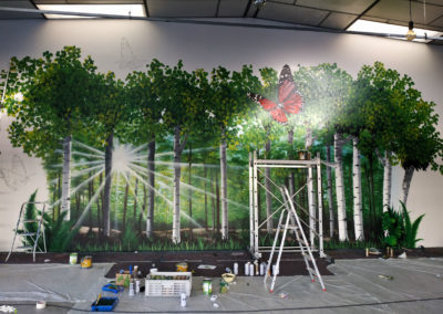 Premier plan : Finition et mise en couleurs des papillons ( décoration pompes funèbres Autem 2018 à Nangy  Haute-Savoie )