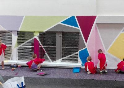 Les enfants en action sur le mur de l'école Jules Ferry à Sallanches en Haute-Savoie ( 2017 ) Graffiti Street art Animation